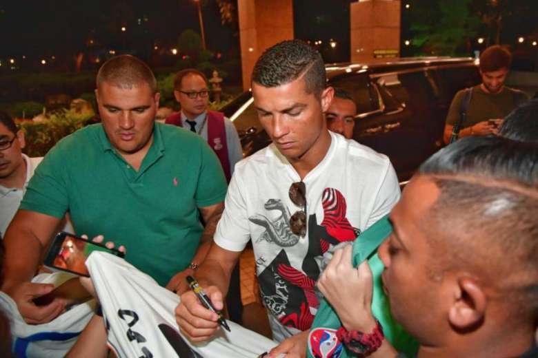 Cristiano Ronaldo signing autographs 3
