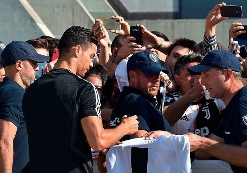 Cristiano Ronaldo signing autographs juventus 1