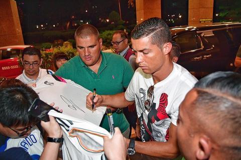 Cristiano Ronaldo signings autographs real madrid 3
